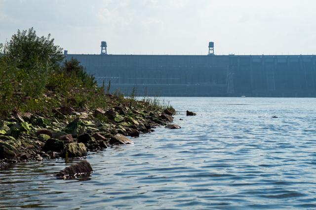 Красноярская ГЭС скрыта дымкой. А по этим камням очень даже можно полазить!