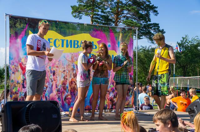 Конкурс «Мисс лето». Участницы не утерпели, попробовали краску еще до начала.