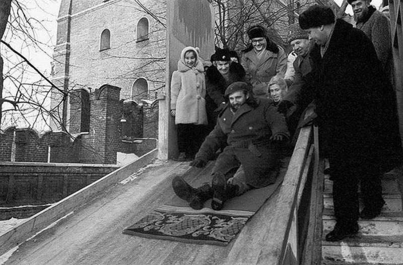 1964_fidel_castro_a_szovjetunioban_tett_latogatasa_soran_csuszdazik_a_kremlben