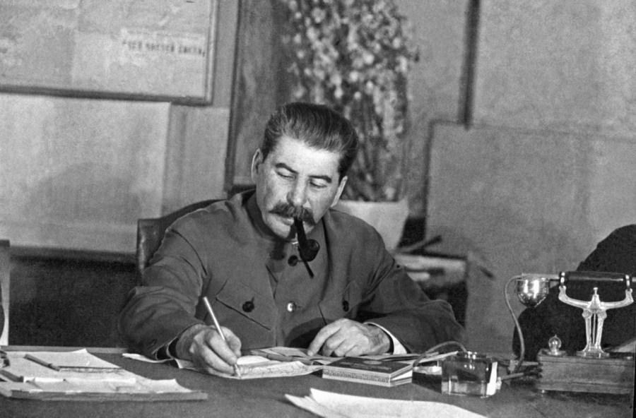 1.И.В. Сталин за работой с документами. 1939 год.