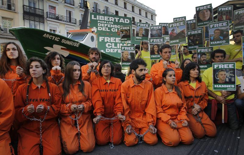 """Испания требует освободить активистов """"Гринпис""""."""