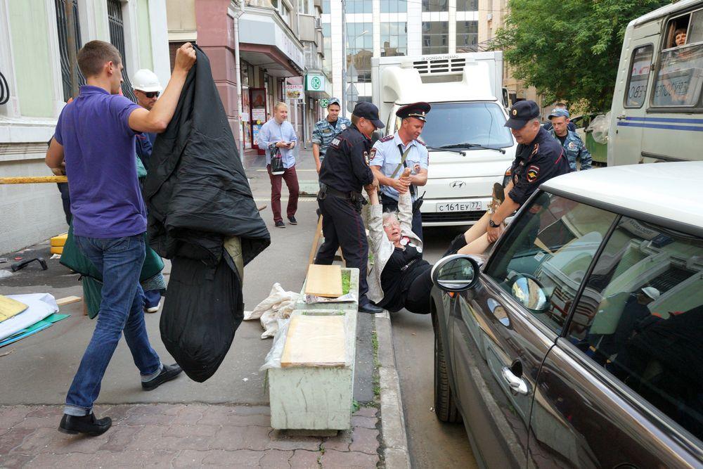 Разгон протестного лагеря у приемной партии Единая Россия.