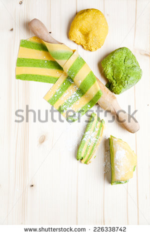 stock-photo-colored-homemade-fresh-pasta-spinach-on-wooden-board-226338742