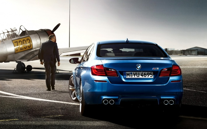 bigpreview_Blue BMW M5 and Airplane