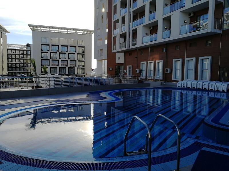 Открытый бассейн отеля Bridge Resort