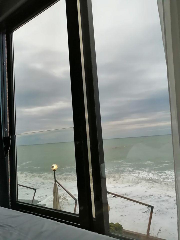 Вид из окна отеля в Сочи и ты вообще не думаешь про вирусы.