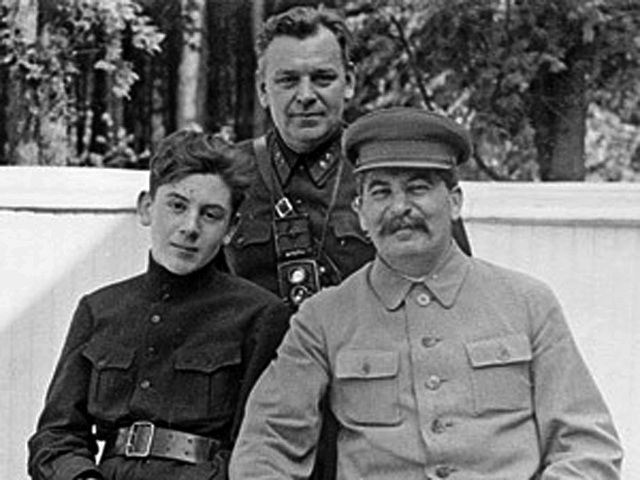 1935 Власик со Сталиным и его сыном Василием