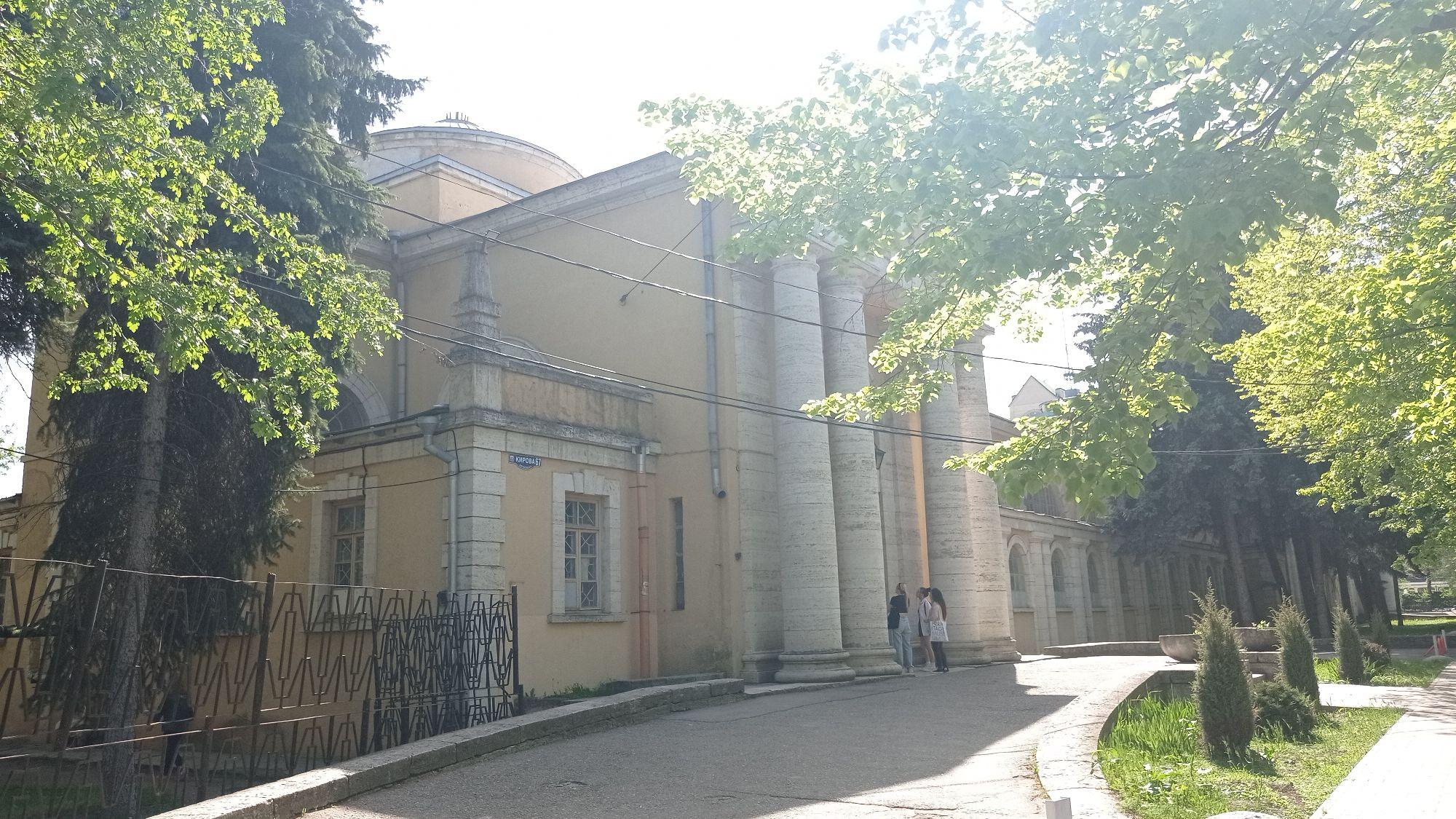 В Пятигорске было много разных ванн. Они расположены в разных местах и мы их всех нашли. Некоторых даже нет в путеводителях. Например великолепные Романовские ванны, построенные в 1914 году арх. М. М. Перетятковичем.
