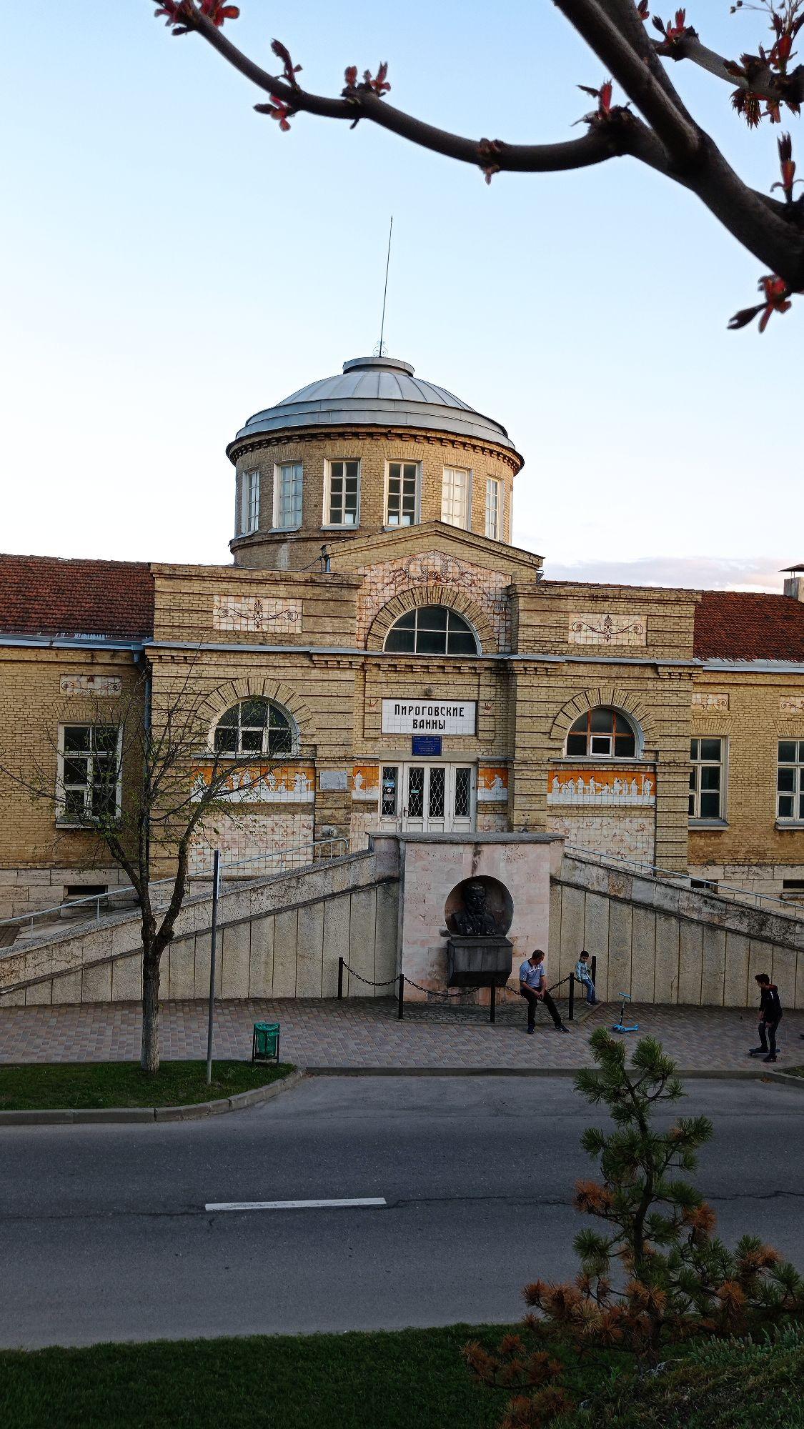 На Провальной аллее в 1900-х годах арх. А. Кузнецов построил провальные ванны, которые в советское время назвали Пироговскими. Перед ними бесстыжие и дикие ванны, но я их не фоткала.