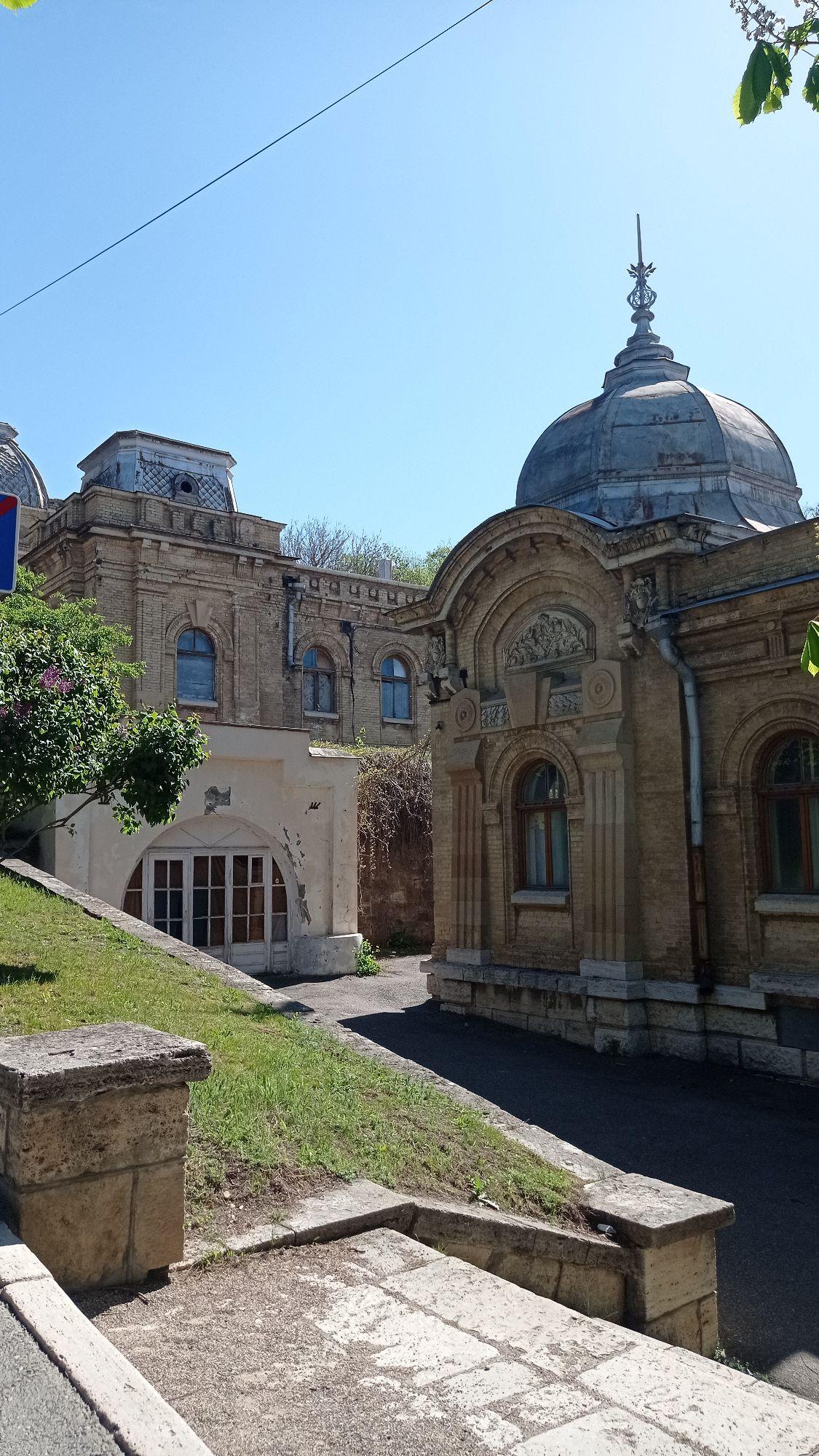 Очень красивые Пушкинские ванны. Два корпуса построены в 1899-1901 гг. Сейчас в печальном состоянии. Верхний корпус не работает.