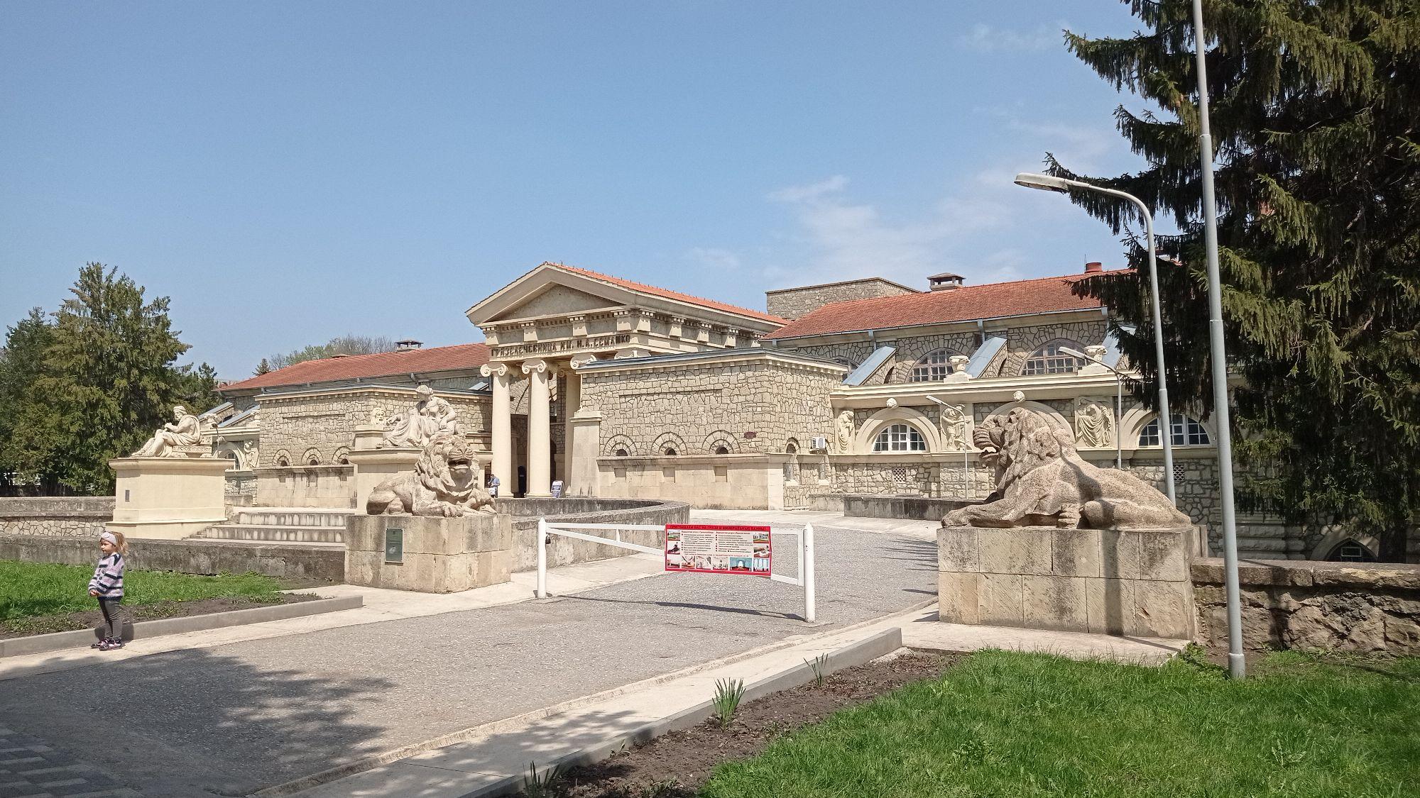 Грязелечебница Ессентуков - палладианское такое строение за курортным парком. Она построена в 1913-1915 гг по проекту питерского арх. Шреттера. Мне немного напомнила Музей Боде в Митте Берлина.
