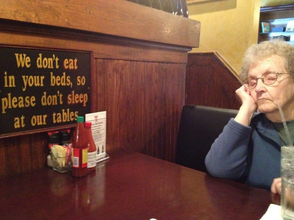 Мы не едим в ваших кроватях, так что не спите на наших столах.