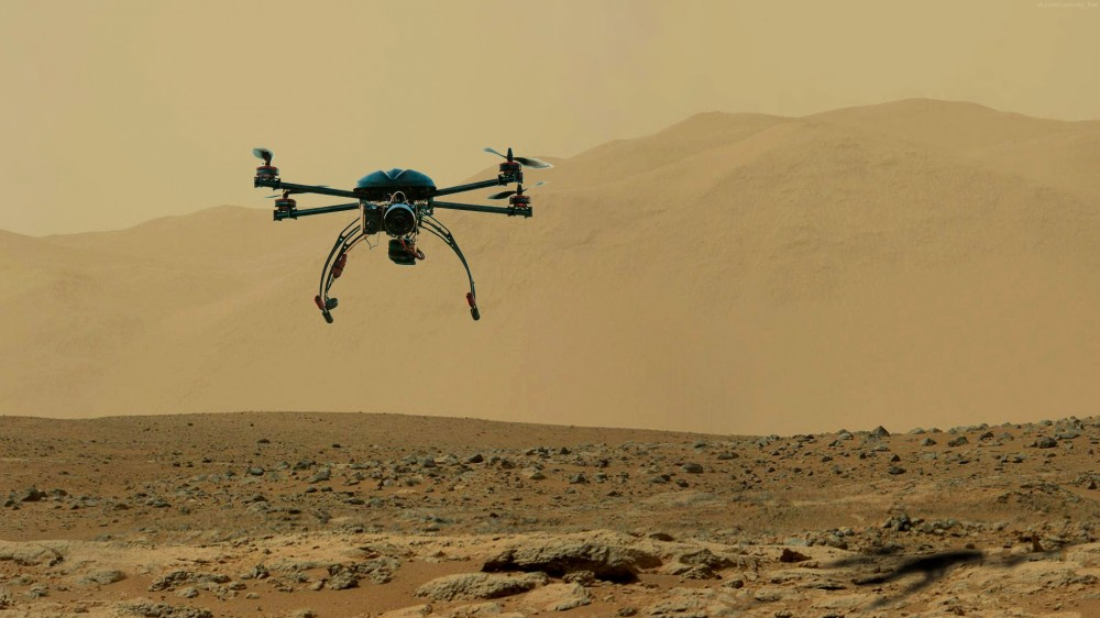 Мультикоптер классической четырехвинтовой схемы на фоне марсианских пейзажей.