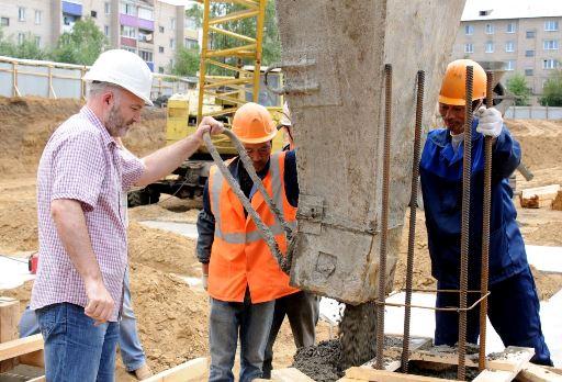 Костя заливает бетон в ДС Чита