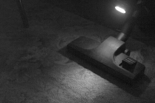 Хак пылесоса. Фонарик помогает чистить в тёмных углах и под мебелью