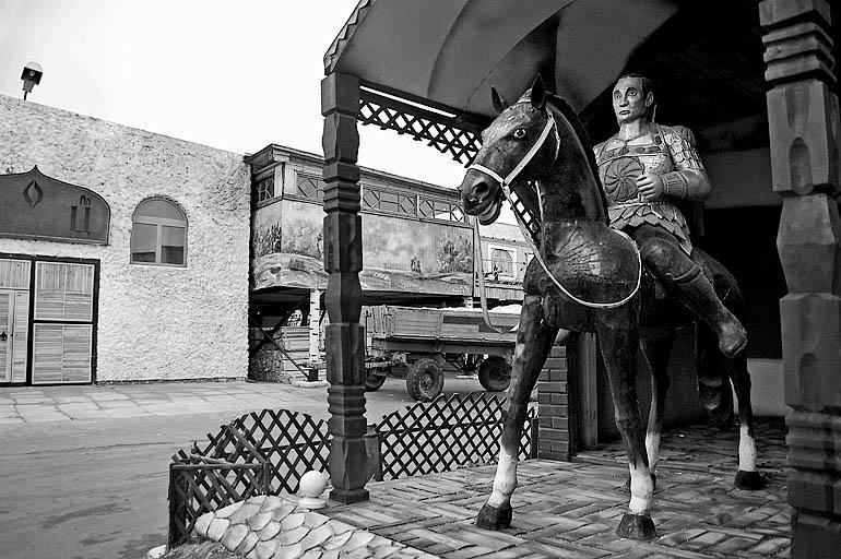 (c) Александр Santi Осокин, в колонии строгого режима. Конный памятник Владимиру Владимировичу Путину, и конь и азиатский духовный лидер полностью вырезаны из дерева