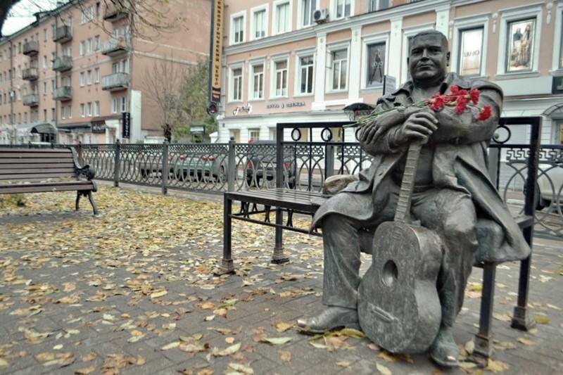 Mihailin komea muistopatsas Tverin kadulla (hänet murhattiin alamaailman taholta)