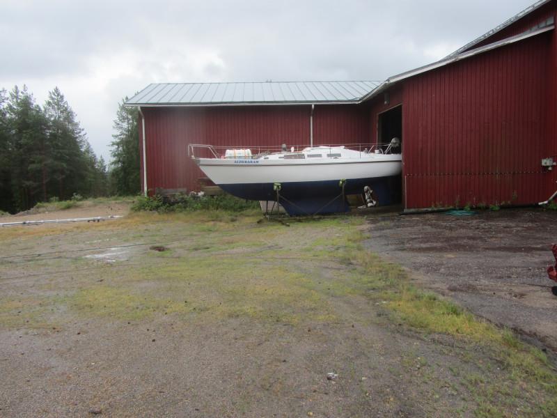 Aldebaraan seisoi lähes 2 vuotta Karhulanvaaran entisen emäntäkoulun entisen navetan heinäkuivurissa. Kuvassa maalattu ja kunnostettu vene on juuri vedetty ulos, kuljetusta varten.