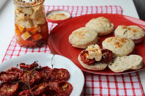 Сконы, вяленные помидоры и брынза в копченной паприке