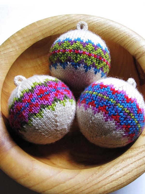 Вязаный елочный шарик
