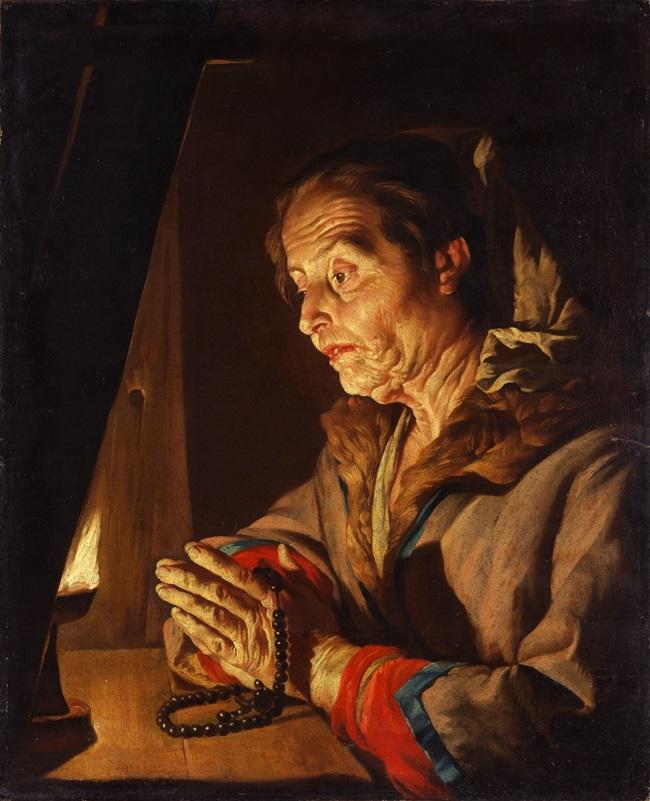 Пожилая женщина на молитве.
