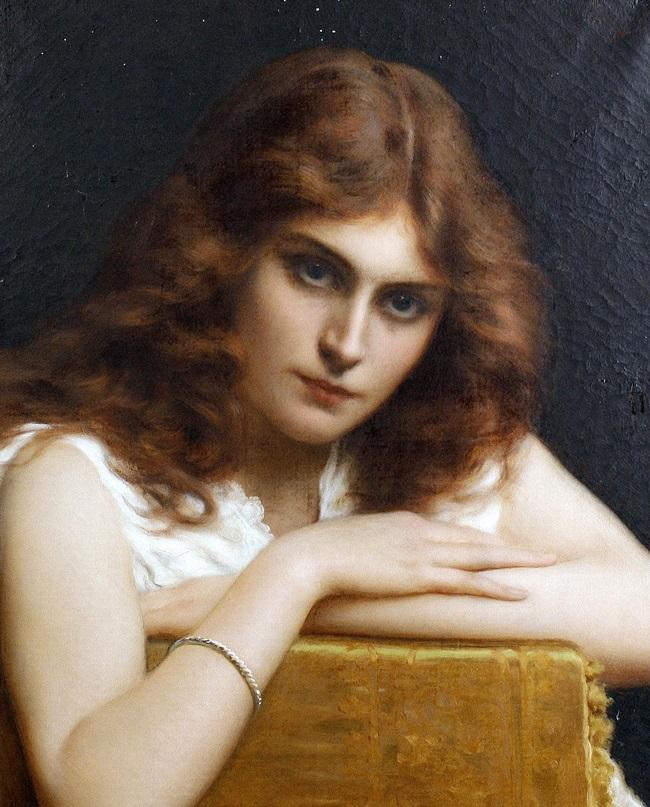 Девушка с темно-рыжими волосами