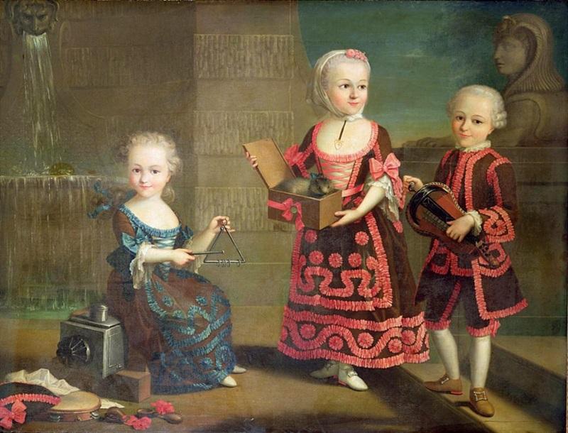 Групповой портрет девочек с мартышкой в коробке
