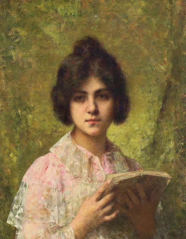 Молодая женщина, держащая книгу