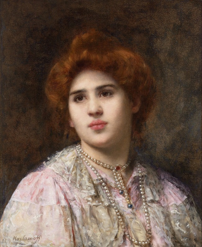 Портрет девушки с золотисто-каштановыми волосами