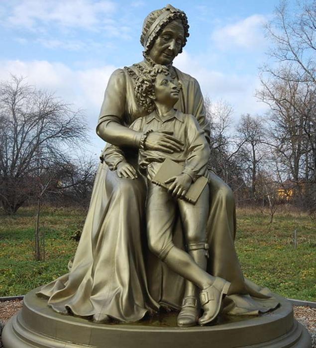 Бабушка Мария Ганнибал обнимает маленького Александра Пушкина. Скульптор – В.Козинин, 2005 год.