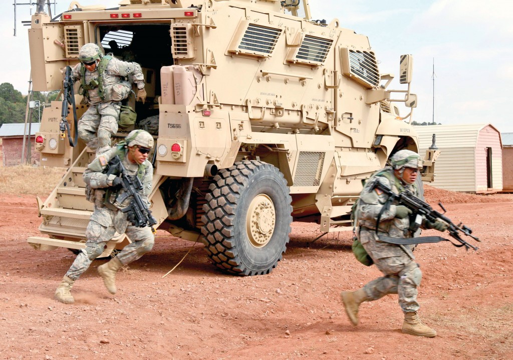 Лёгкая бронетехника американских солдат, предположительно как раз из легкопехотной бригадной боевой группы