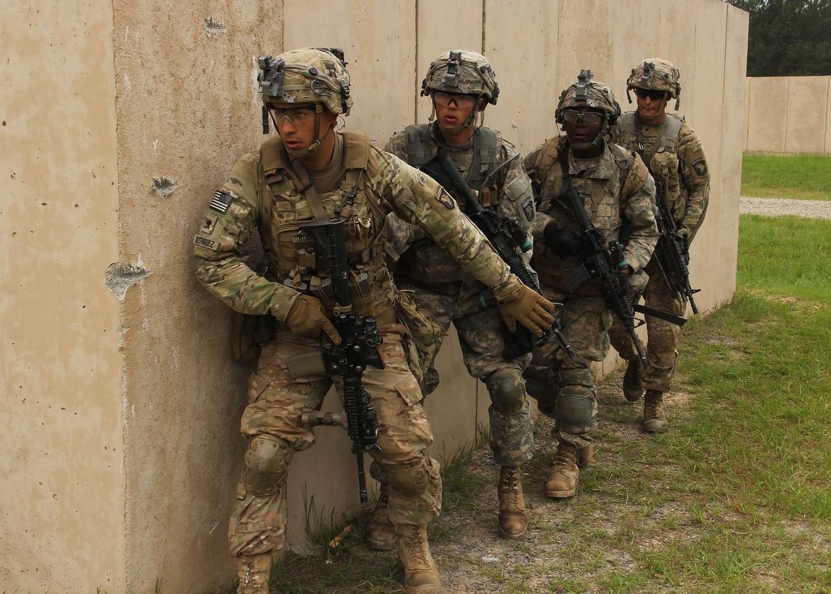Думаю, на фото изображена та самая подгруппа отделения из 4 человек. Во главе fire team leader, командир подгруппы.