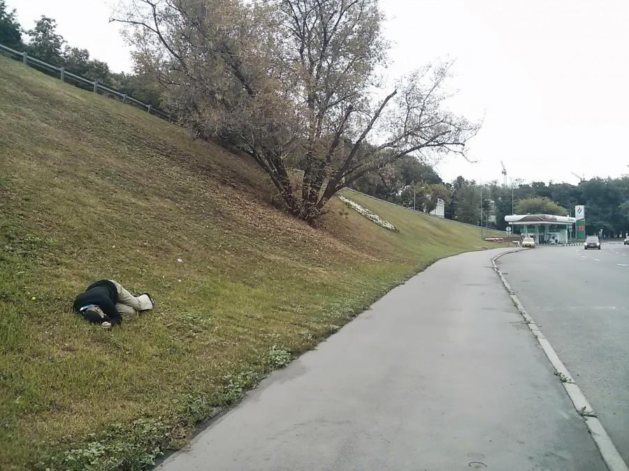 Лежит человек