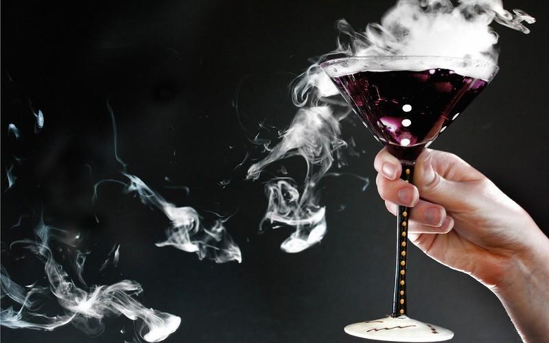 Studio-smoke-hands-poison-drinks_2560x1600.jpg