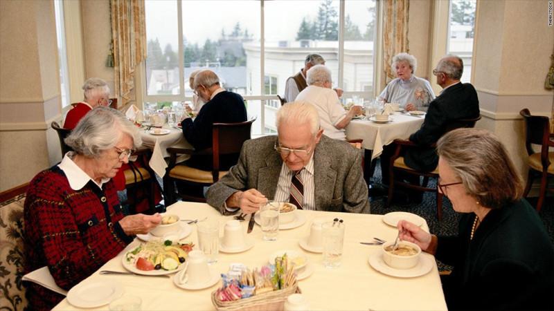 Фото из дома престарелых в Британии, куда они сдают своих стариков