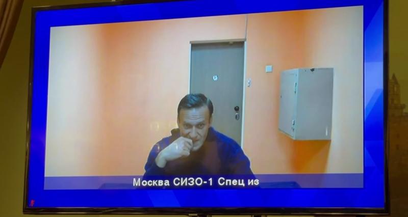 Навальный улыбается и доволен
