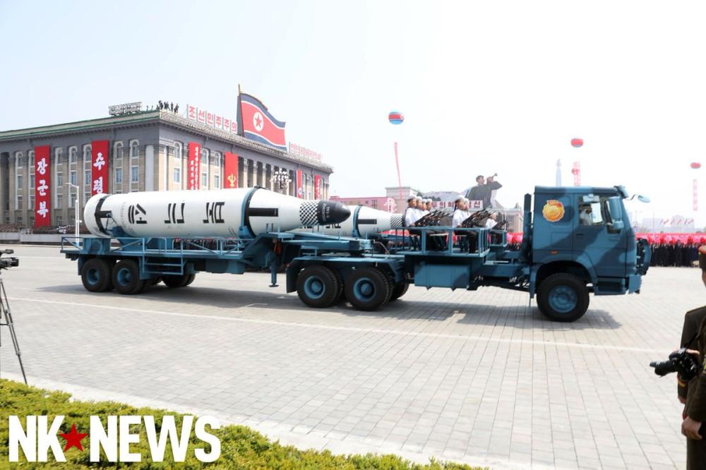 Военный парад в Пхеньяне. 15.04.2017 C9bzQFnUQAAjpvE