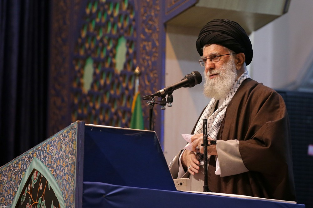 Почему аятолла ходит на пятничную молитву в Тегеране с винтовкой?