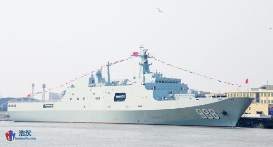 Китайский флот получил четвертый десантный вертолетный корабль-док проекта 071