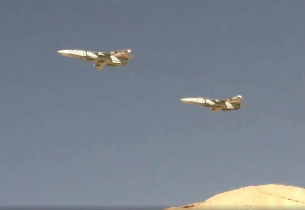 Красивое видео пары пролетающих сирийских Су-24