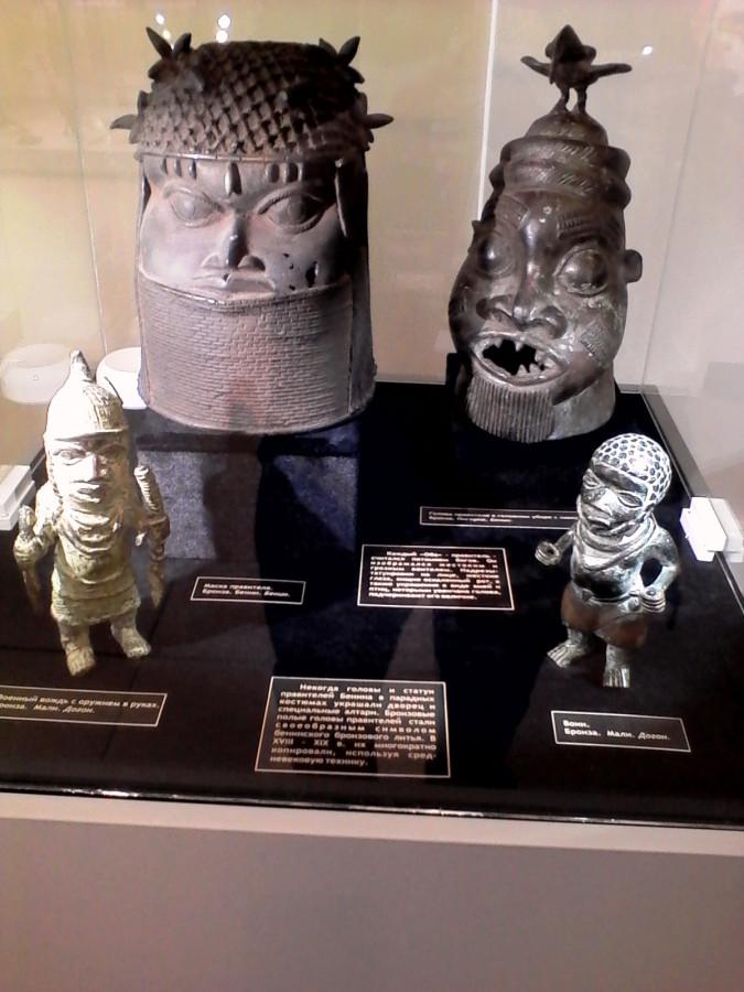 Маска, рядом нечто вроде короны вождя, статуэтки вождь с оружием, и воин..jpg