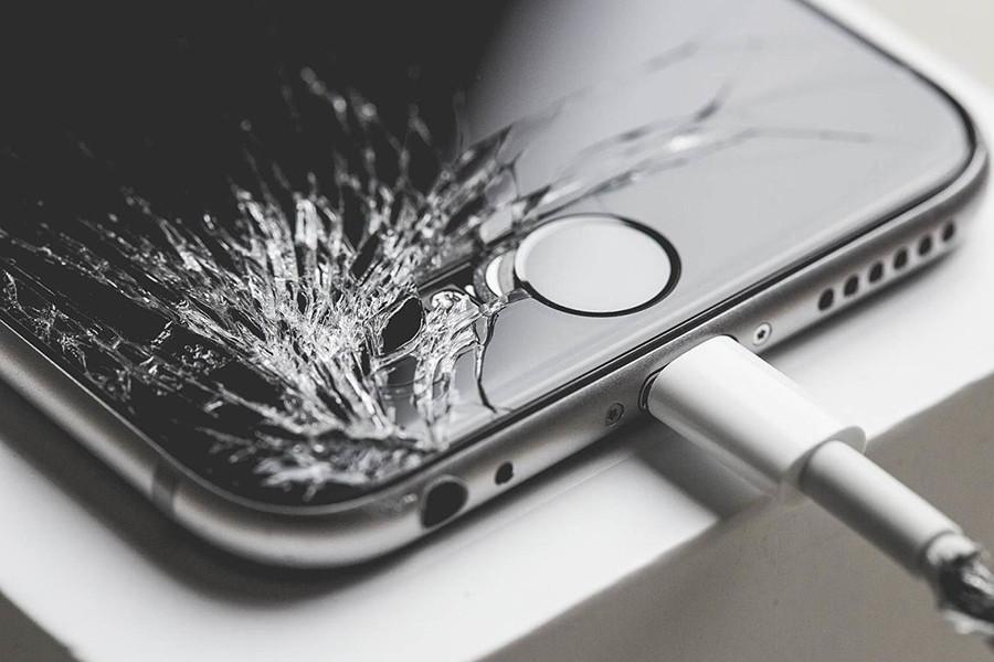 Осталась у разбитого айфона