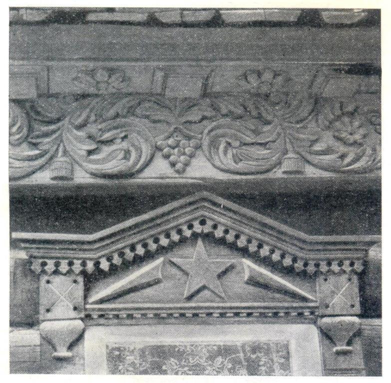 Сочетание в декоре глухой резьбы конца 19 века с пропильной и накладной резьбой конца 1920-ых годов