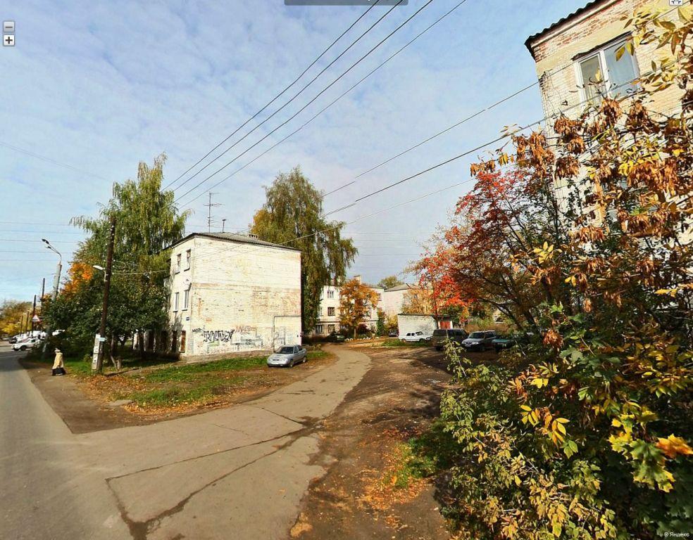 Пржевальского дом 1 (за кленами) и дом 2