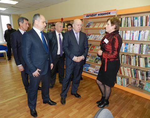 Зинаида Михайловна Застело, директор ЦБС, рассказывает руководителям города и области о сормовских библиотеках