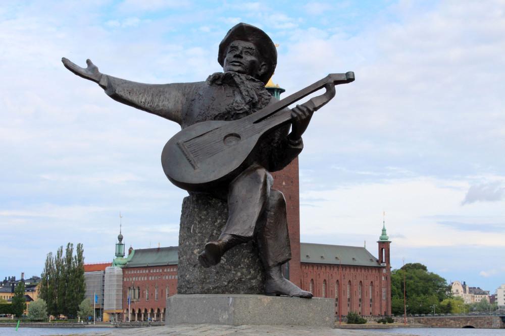 Памятник Эверту Тобу