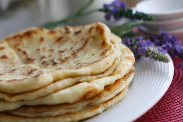 Индийская лепешка наан с чесноком