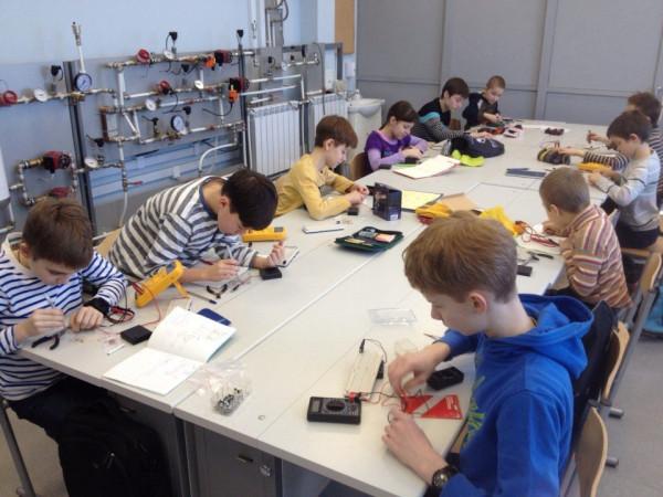 Соревнование по электронике между школьниками
