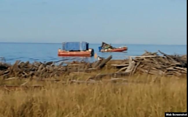 Поврежденные понтоны у берега в районе испытательного полигона ВМФ