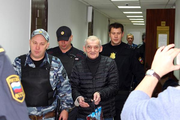 Юрия Дмитриева ведут на судебное заседание